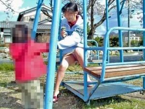 (ヒトヅマパンツ丸見え)公園新人した我が子を見守るお母ちゃんの股間がえろすぎるwwwwww(写真15枚)