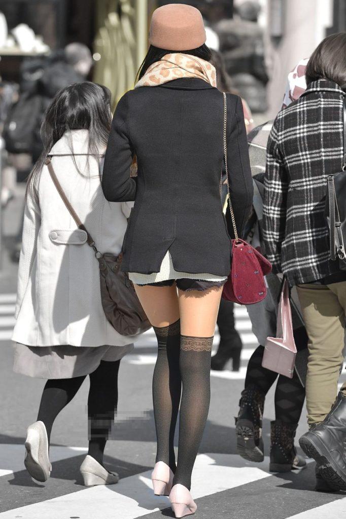 【エロ画像】ニーハイで絶対領域を見せびらかして街を徘徊するサービス精神旺盛なシロウト小娘達wwwwwwwwwwwwwww(秘密撮影画像あり)