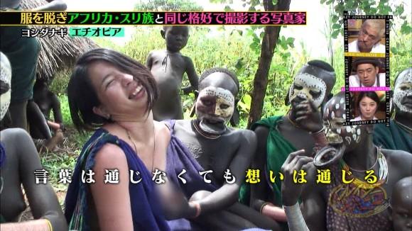 【エロ画像】(放送事故)裸族に混ざりお乳露出して現地民族に触らせる変態写真家がぐうしこwwwwwwwwwwwwwwwwww(クレイジージャーニーえろキャプ画像あり)