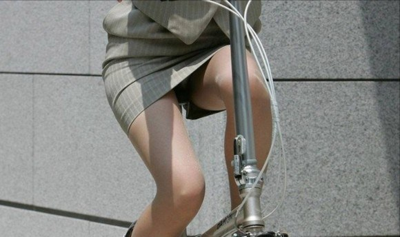 自転車通勤の社内レディーさんのパンツ丸見えがえろすぎて見逃し厳禁wwwwwwwwww(秘密撮影写真あり)