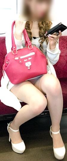 ミニスカシロウト小娘を列車内で発見したらパンツ丸見えするまでロックオンが常識だろwwwwwwwwww(秘密撮影写真あり)
