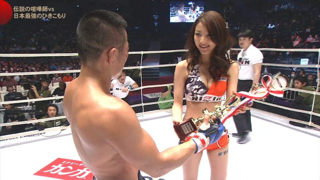 ボクシングのラウンドガールがえろすぎて試合そっちのけで釘付けにwwwwwwwwww(TVえろキャプ写真あり)