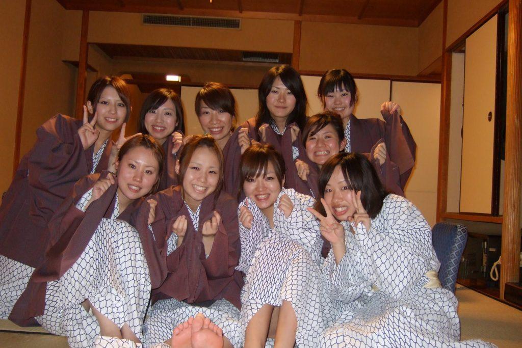 インスタに上がる女子大学生の記念写メパンツ丸見えがぐうしこwwwwwwwwww(写真あり)