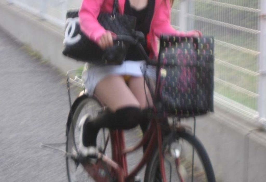 パンツ丸見えご苦労様です☆と言いたくなる自転車パンツ丸見ええろ写真wwwwwwwwww