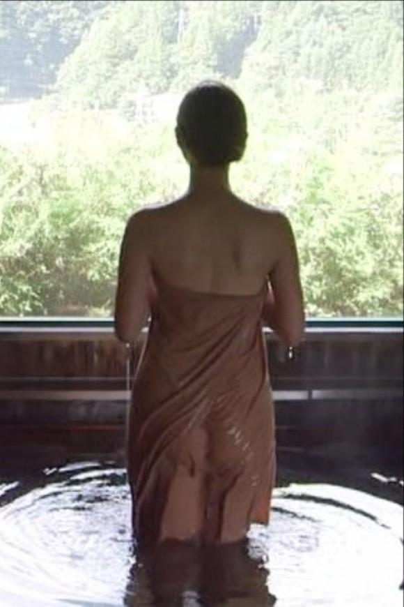 岡愛恵が美尻と美足を裸BUSタオル姿で見せてくれたwwwwwwwwwwww(混浴番組えろキャプ写真あり)