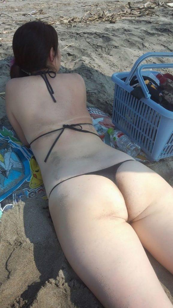 【エロ画像】無防備なミズ着姿で寝ている女…男からすれば下着で寝ているのと同じだぞwwwwwwwwwwwwwww(画像あり)