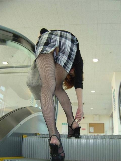 スリッドスカートから見えるパンツ丸見えってどうしてこんなにえろいんだろうかwwwwwwwwww(写真あり)
