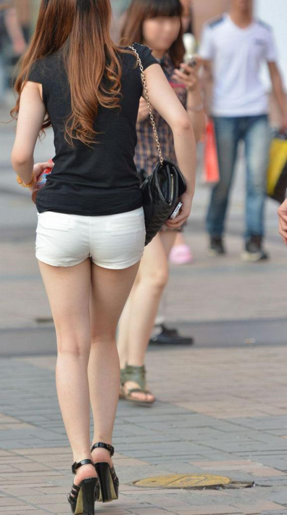 お尻やオまんこまで数センチとか考えるとえろすぎるショーパン女子の街撮り秘密撮影えろ写真☆