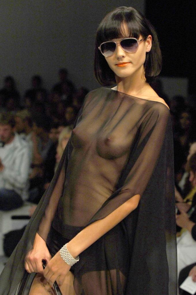 ファッションショー お乳えろ写真26枚☆ランウェイはお乳露出して歩くのが海外の常識なん?wwwwww