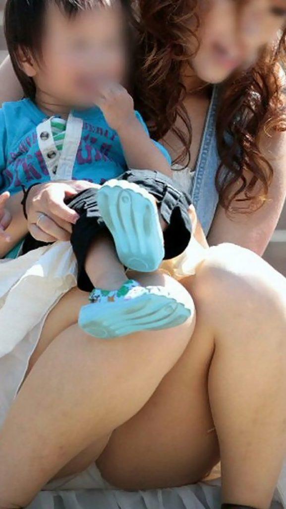 胸チラ・パンツ丸見えしまくり子連れシロウト妻の秘密撮影えろ写真21枚
