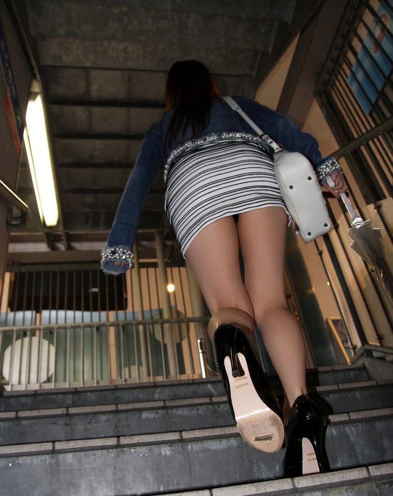 強姦されてもおかしくないレベルのミニスカシロウト小娘のえろ写真30枚