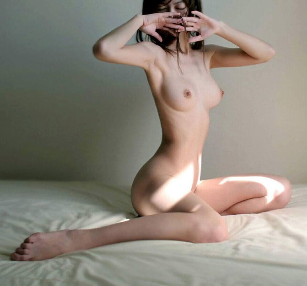 あばら骨が出るほど細い女のヌードエロ画像25枚