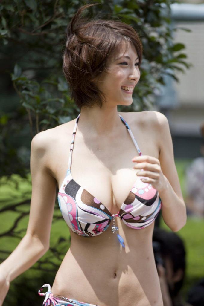 細いのに巨乳という理想の女のエロ画像30枚