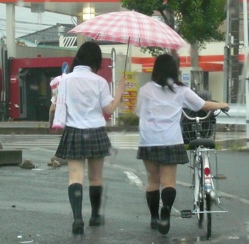 ゲリラ豪雨超最高☆透けブラしてる10代小娘のえろ写真25枚